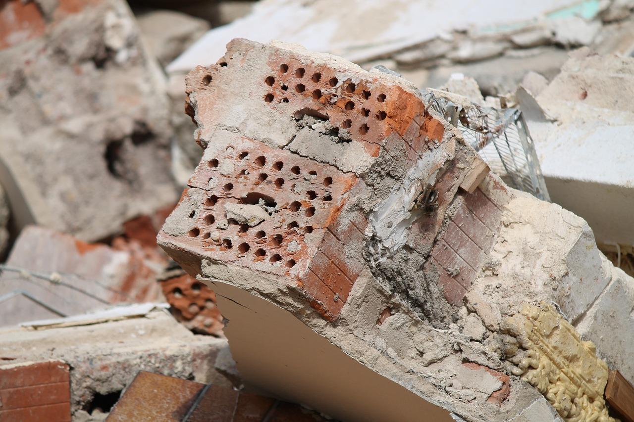 murbrokker efter nedrivning