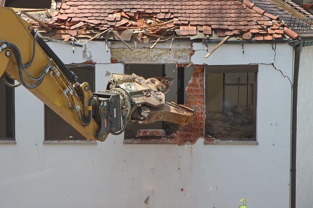 Maskine nedriver et hus