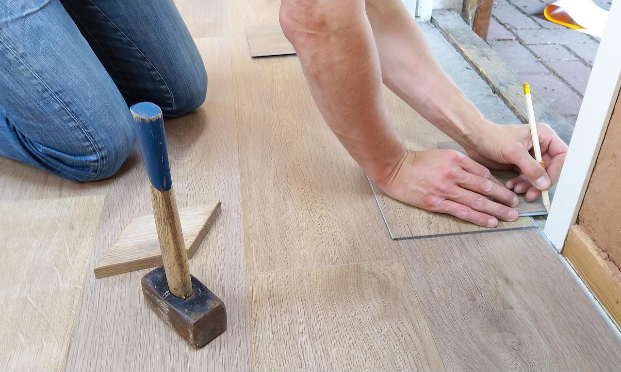 tømrermester arbejder på gulv